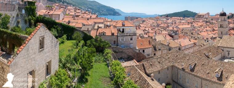 Vistas de los característicos tejados rojos de Dubrovnik desde sus murallas