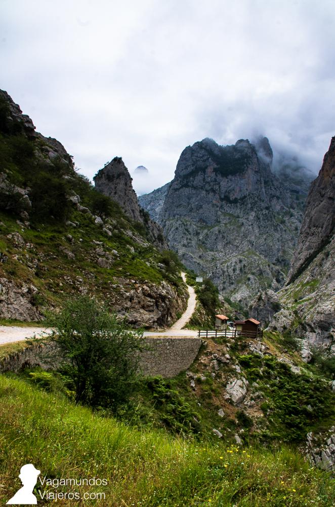 El camino que sube, en la imagen, es donde se empieza la ruta del Cares desde la localidad asturiana de Poncebos