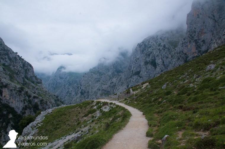 El camino inicial de la ruta del Cares partiendo de Asturias es cuesta arriba