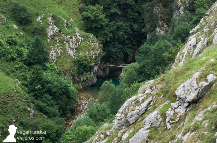 Cuando hicimos la ruta, el río Cares bajaba con poco agua