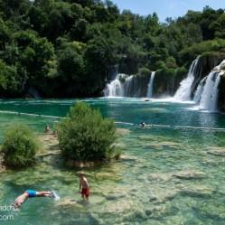 Gente bañándose en la base de Skradinski Buk, la cascada más famosa del Parque Nacional Krka en Croacia