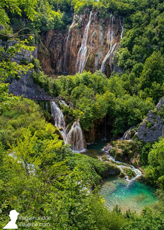 Si accedes a Plitvice por la entrada 1 te encontrarás directamente con esta vista de la gran cascada Veliki junto con otras cascadas y lagos a distintas alturas