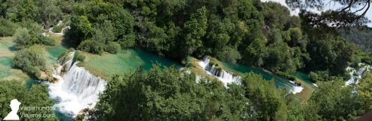El agua del río Krka va pasando a través de varias terrazas durante loss 800 metros de longitud de la Skradinski buk