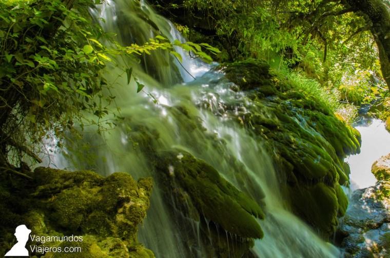 Las cascadas y canales que se forman en el Parque Krka son producto de la filtración del agua en el terreno de caliza que forma la zona