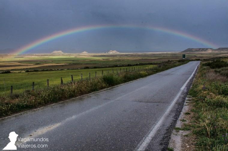 Así conocimos las Bardenas por primera vez: lloviendo pero con un bonito arco iris adornando el paisaje