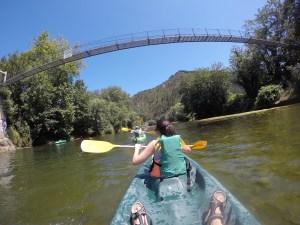 Recorriendo en piragua el descenso del río Sella, de Arriondas a Ribadesella