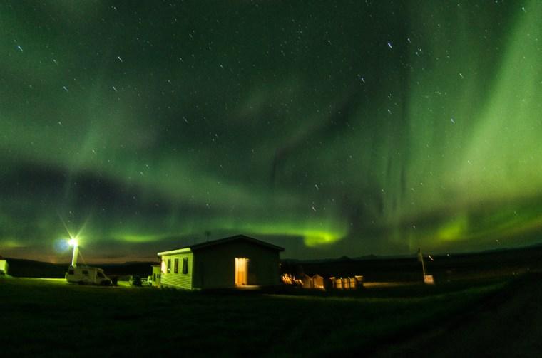 Nuestra noche verde: auroras boreales ocupando todo el cielo sobre el Guesthouse Stöng en Islandia
