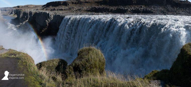 La impresionante cascada Dettifoss con sol y arco iris, en Islandia
