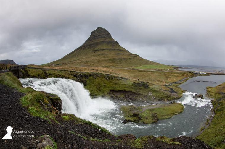 La icónica montaña Kirkjufell y la cascada del mismo nombre, en la península Snaefells
