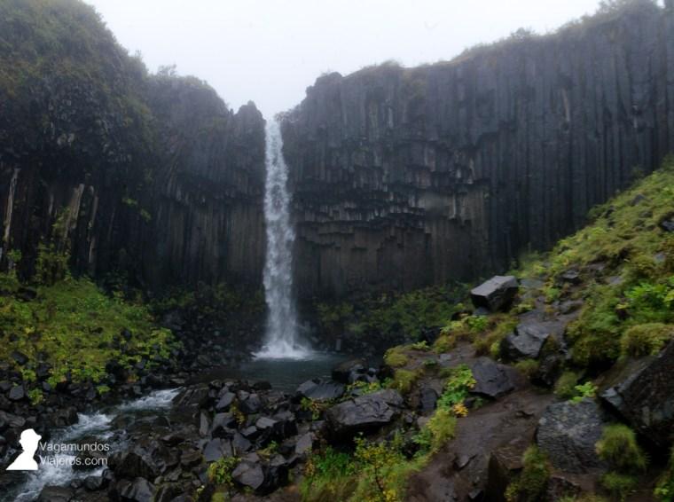 La cascada negra, Svartifoss, en Skaftafell, Islandia