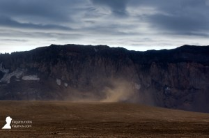 Visitando la caldera volcánica Askja en Islandia con mucho viento