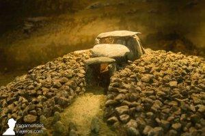 Maqueta de un dolmen en el Centro Arqueoloxico do Brabanza, en Boiro. Galicia