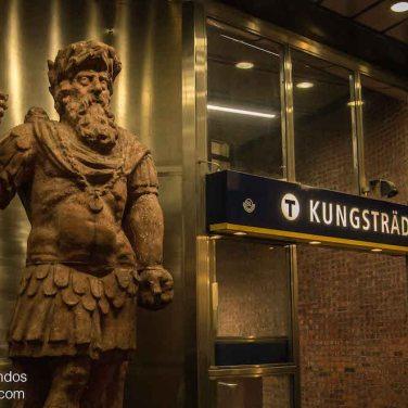 Entrada a la estación de metro Kungstradgarden en Estocolmo