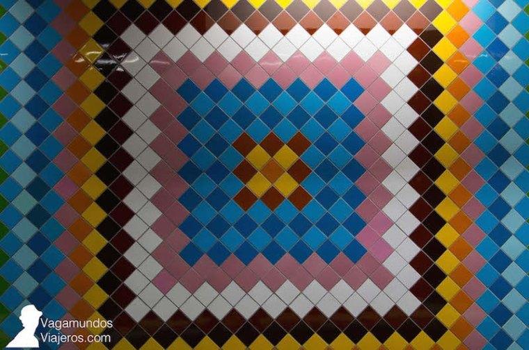 Mosaico de azulejos en la estación de metro Vasta Skogen en Estocolmo
