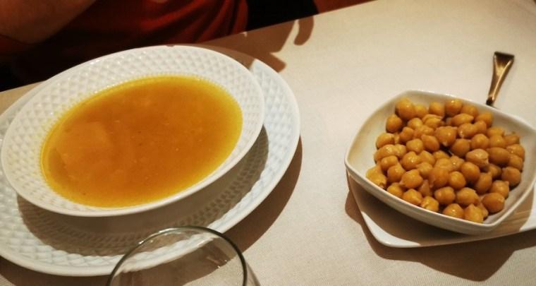 Sopa de fideos y cuenco de garbanzos: segundo vuelco del cocido madrileño en La Clave