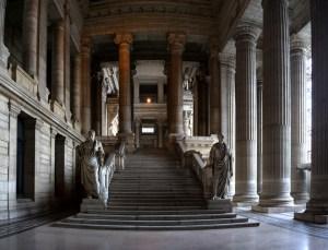 Entrada al imponente Palacio de Justicia en Bruselas