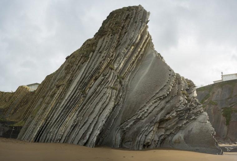 Detalle de flysch en la playa Itzurun con la ermita San Telmo al fondo, Zumaia