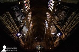 Interior de la Catedral Gótica de León con sus vidrieras y su órgano