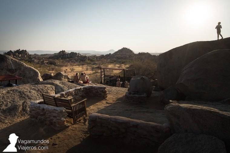 Piscina y bar, entre rocas, del Hoada Campsite, en Damaraland, Namibia