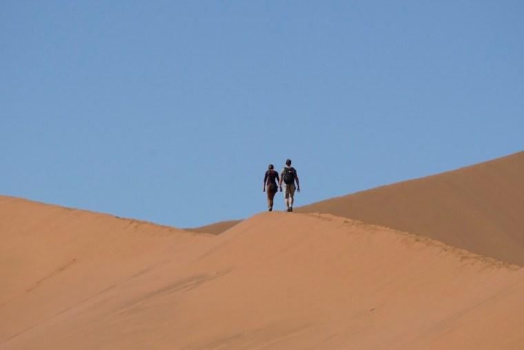 Turistas subiendo las dunas de Sossusvlei, desierto de Namibia