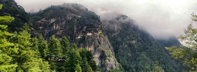 Panorámica del Nido del Tigre y el lugar entre altas montañas donde se encuentra
