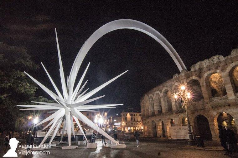El anfiteatro romano de la Arena de Verona, adornado por Navidad