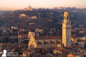 Vista de la Catedral de Verona y su torre, sobresaliendo entre los tejados del centro de Verona