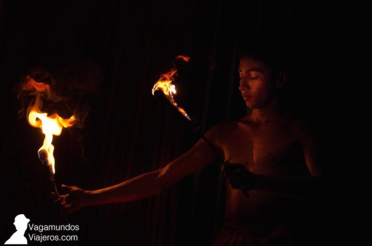 Espectáculo de danzas tradicionales con fuego en Kandy