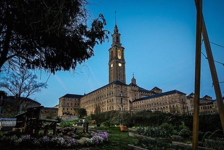 La Universidad Laboral de Gijón cuenta con varios edificios con diferentes usos, además de jardines e instalaciones deportivas