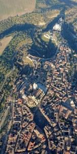 Segovia vista desde el globo, destacando el Alcázar y la Catedral
