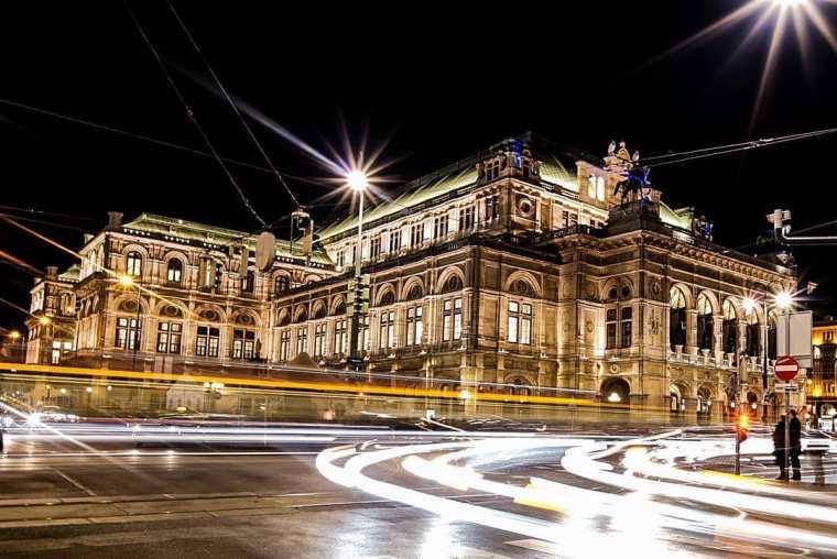 Edificio de la Ópera de Viena de noche
