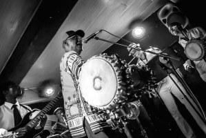Concierto de jazz cubano en un club nocturno de La Habana
