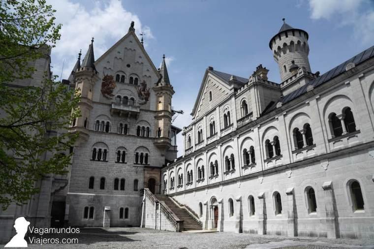 Patio de entrada al castillo Neuschwanstein