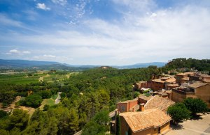 Vistas de Roussillon y alrededores desde el mirador junto a la Iglesia