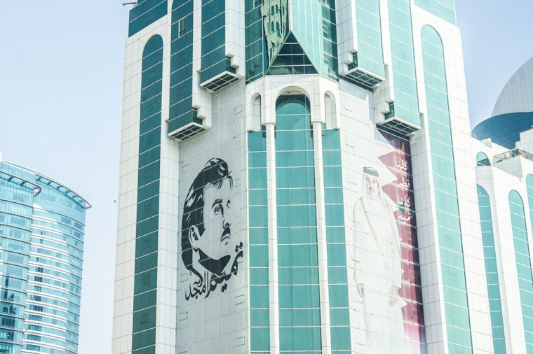 Fotos del Emir de Qatar en los rascacielos del distrito financiero de Doha