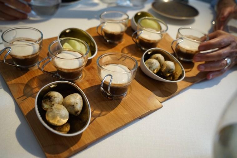 Capuchino de morcilla del menú degustación del restaurante Estrella Michelín Cocinandos, en León