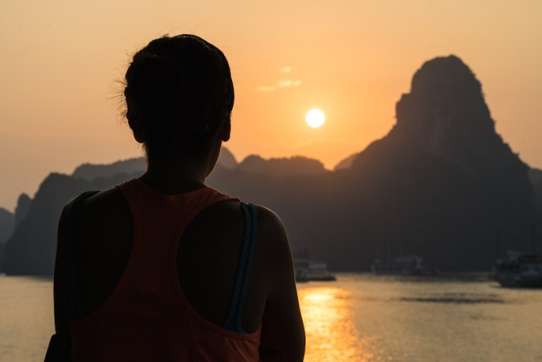 Viendo amanecer desde el barco en el que dormimos en Ha Long