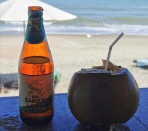 Cerveza Bia Saigon y coco en la playa Ang Bang de Hoi An