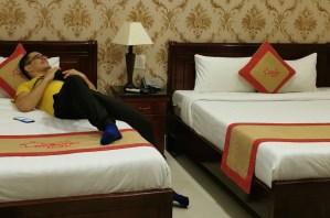 Dos camas dobles en nuestra habitación del hotel Nu Ni Homestay, Hoi An