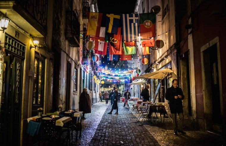 Bares y ambiente nocturno en el Barrio Alto, Lisboa