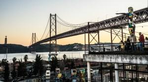 LX Factory, junto al Puente 25 de abril, en Lisboa