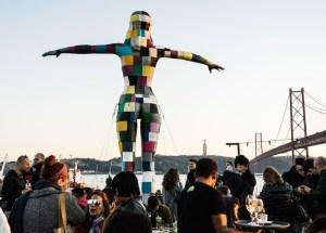 Estatua en la terraza Río Maravilha en Lx Factory, Lisboa