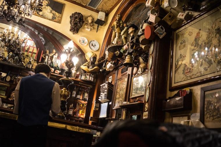 Decoración interior del curioso bar Pavilhao Chines en Lisboa