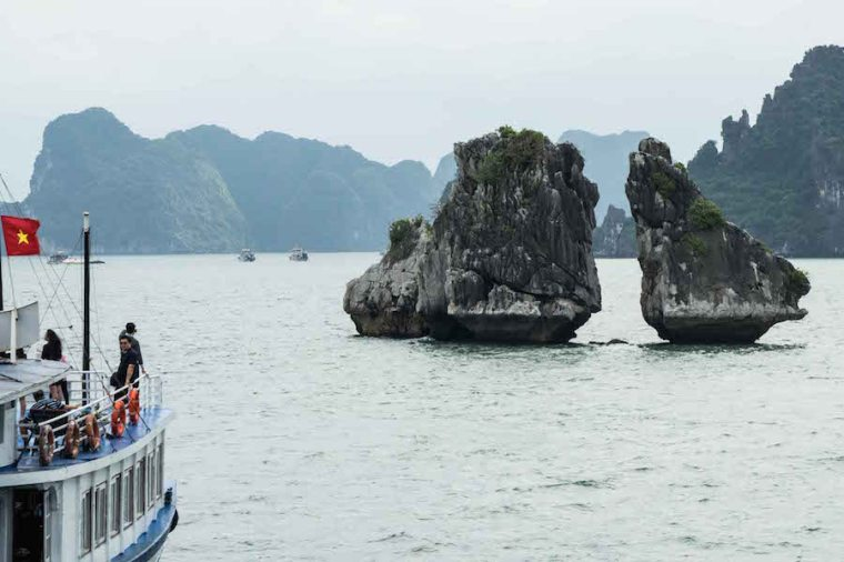 """""""Kissing Chicken Rocks"""", literalmente """"rocas de pollos besándose"""", en la bahía de Ha Long"""