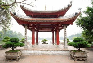 El Templo de la Montaña de Jade en el lago Hoan Kiem en Hanoi