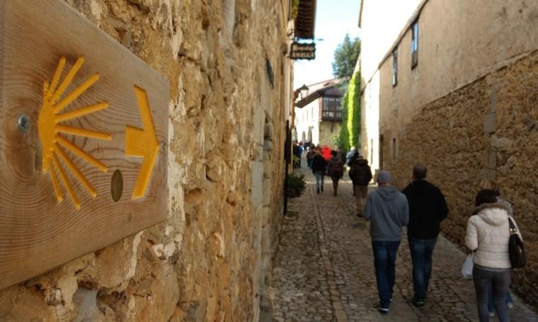 Señal del Camino de Santiago en una calle de Santillana del Mar