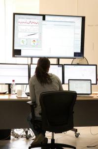 Una de las salas de monitorización de las antenas del proyecto ALMA