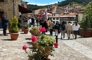 Gente paseando por Potes, Cantabria