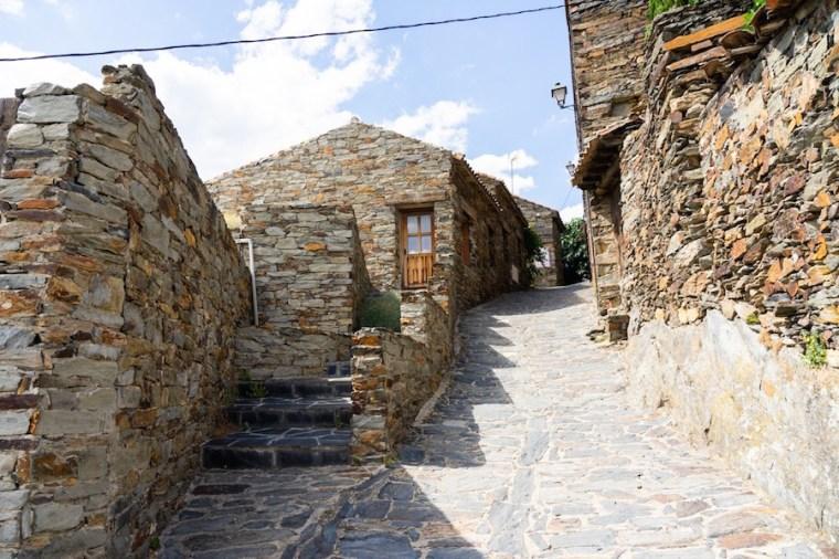 Calles empedradas y casas de pizarra en Patones de Arriba
