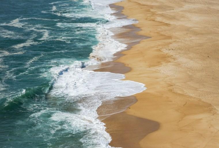 La praia do Norte en Nazaré donde se producen las olas gigantes